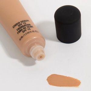 MAC Cosmetics Makeup - MAC Studio Sculpt SPF 15 Foundation- NC 20